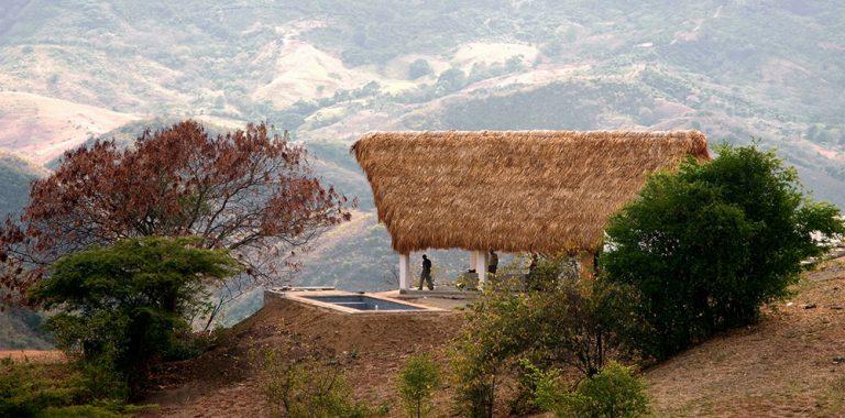 Palmová střecha ochrání obyvatele domu i před silným větrem