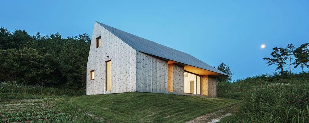 Geometrická hra architektů: Tvarově čistý dům na pomezí reálného a ideálního