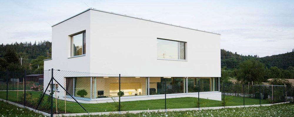 Čistý kubický tvar a bílá barva: Rodinný dům v brněnském Komíně