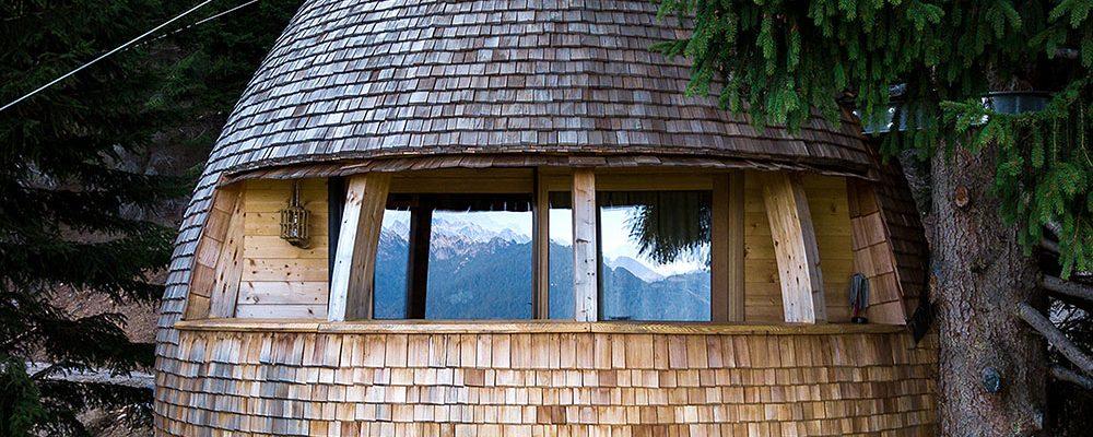 Jedinečný dům na stromě postavili ve tvaru šišky!