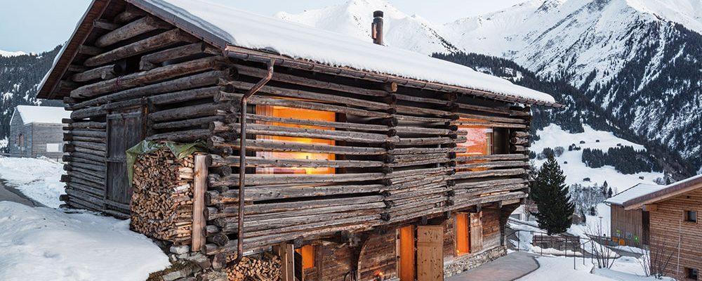 Zasněžená idyla: Stará dřevěná stodola, která měla být srovnaná se zemí