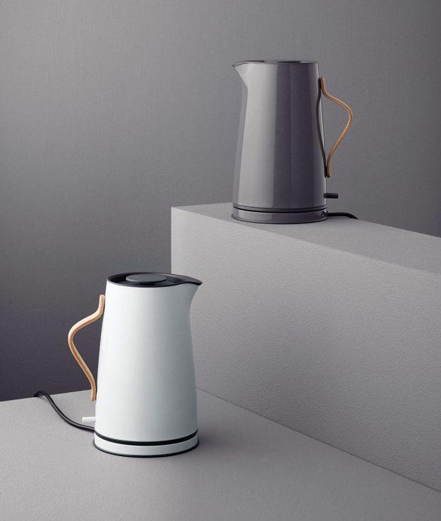 Rychlovarná konvice Emma od dánské značky Stelton patří mezi designové ikony. Konvice minimalistického vzhledu oobjemu 1,2 l je vyrobena znerezavějící oceli abukového dřeva. Pořídíte za 4 130 Kč na www.designville.cz