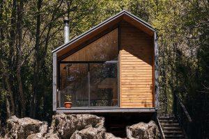 Malá chatka v lůně přírody jako útočiště pro dobrodružné páry