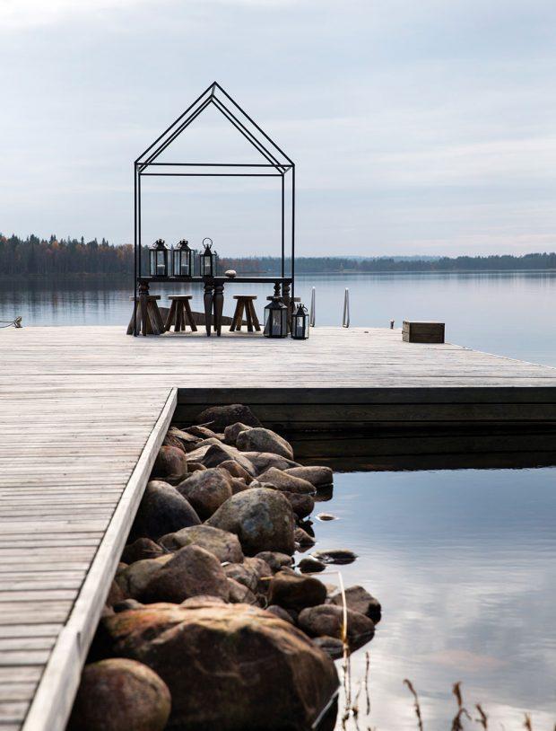 Soukromé molo slouží nejen pro uvazování lodiček, ale ijako originální místo pro odpočinek – mírně se pohupující terasa nad křišťálově čistou vodou.FOTO KAISA SIRÉN