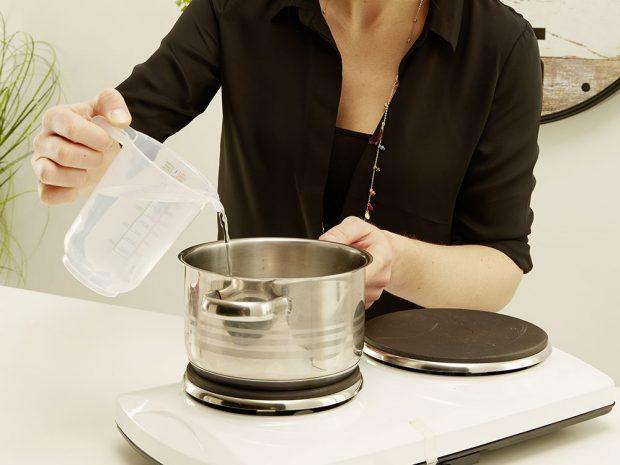 2. ŽELATINA Do hrnce nalijeme studenou vodu, přidáme špetku soli aželatinové pláty. Mícháme při mírné teplotě do té doby, než se želatina rozpustí. foto: Möbelix