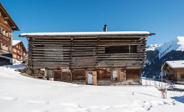 Na dřevěnou stodolu upozornil současné majitele Meinrad Morger, zakladatel akciové společnosti Morger Partner Architekten. FOTO CHRISTIAN SCHAULIN