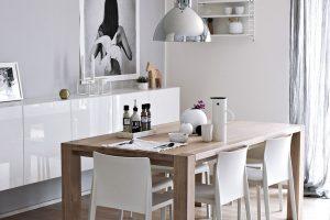 Jídelní stůl zdubového masivu si nechala Klára vyrobit podle vlastního návrhu. Závěsné svítidlo odráží okolní prostředí avytváří zajímavý efekt. FOTO KLÁRA DAVIDOVÁ