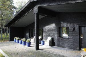"""Předsunutá veranda chrání uživatele terasy před nepřízní počasí avlétě slouží jako """"kšilt"""" proti slunci. FOTO KAISA SIRÉN"""