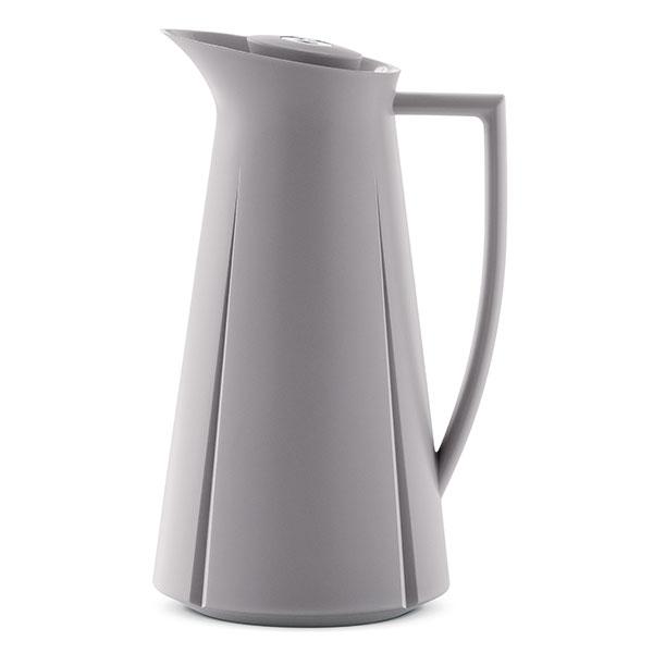 """KONZERVATIVNĚ ZTVÁRNĚNÁ termoska Grand Cru patří do početné rodiny kuchyňské výbavy zahrnující vše od sklenic po mlýnek na koření. Stejně jako EM77 je považována za hodnotné designérské dědictví dánské provenience. Na rozdíl od Magnussenovy ikony však využívá oněco """"konzumnějšího"""" tvarosloví založeného na svižně vedených liniích avětšinovém vkusu. Vyrábí Rosendahl."""
