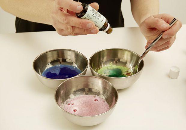 4. BARVENÍ Aby to měly děti pestřejší (amy také), rozdělíme si hmotu do tří menších misek. Do každé misky přidáme jinou barvu do koupele. foto: Möbelix
