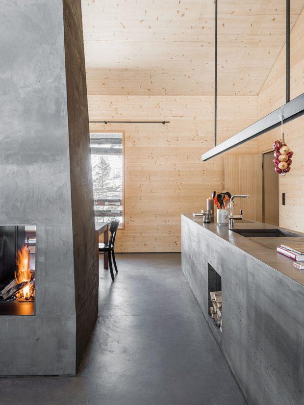 Kuchyňská linka je tvořena jedním kusem betonu akromě skříněk azásuvek zahrnuje také troubu adřez. Zásoby avětší kuchyňské náčiní lze nalézt vnenápadně integrované komoře ve zdi. FOTO CHRISTIAN SCHAULIN