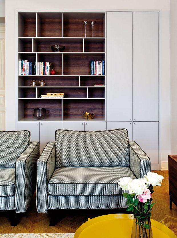 Jedním zpožadavků bylo vytvořit úložné prostory. Dveře zabudovaných šatníkových skříní dostaly podobou inspirovanou původními zachovanými dveřmi. FOTO JIŘÍ VANĚK