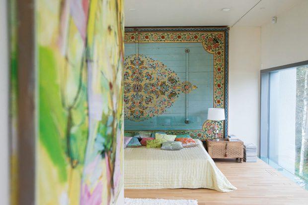 Ložnice se nachází na patře, které je kotvené do příčných zdí domu, jehož okna probíhají téměř celou výškou objektu. FOTO KAISA SIRÉN