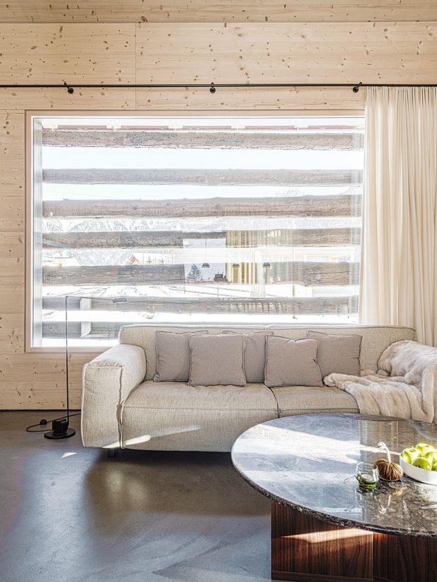 Celý dům je omezen na několik materiálů. Podlahové krytiny jsou zbarevného betonu avětšina interiéru ze smrkového dřeva. FOTO CHRISTIAN SCHAULIN