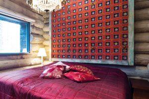 Do ložnice se vešla jen postel – izde ozdobená čelem-nečelem dovezeným zIndie. FOTO KAISA SIRÉN