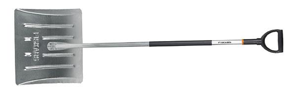FISKARS, lehký shrnovač na sníh, hliníková násada splastovým potahem, hliníková pracovní část, délka 162,2 cm, šířka 53,2 cm, hmotnost 1 700 g, 820 Kč.