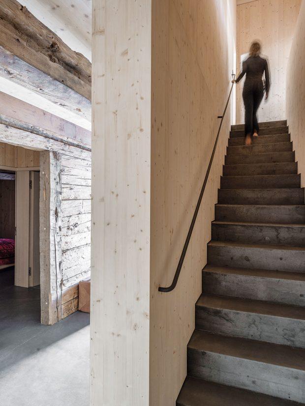 Uvnitř domu se skvěle snoubí staré renovované dřevo tvořící stěny snově přidaným světlejším smrkovým dřevem, použitým kobkladům stěn istropu. FOTO CHRISTIAN SCHAULIN
