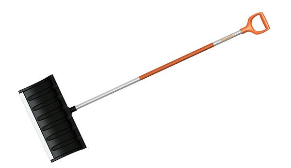 FISKARS ROLLER, shrnovač sněhu, plastová pracovní část svyztuženým okrajem, černá hliníková násada, vhodné pro vrstvu sněhu do 10 cm, délka 175,9 cm, šířka 53,3 cm, hmotnost 1 700 g, 698 Kč.