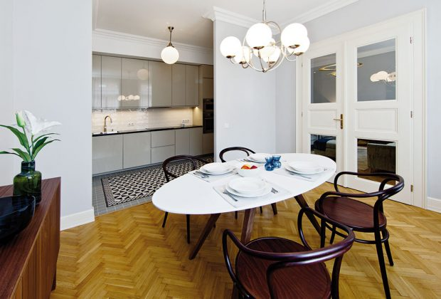 Zvlášť pyšná je architektka na starožitnou lampu, která je zavěšená nad jídelním stolem. Svítidlo ve stejném stylu umístila také do kuchyně. FOTO JIŘÍ VANĚK