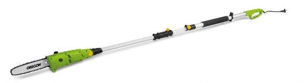 Fieldmann FZP 6005-E, teleskopický prořezávač, rukojeť lze nastavit na rozsah 2,2–2,8 m, nastavení úhlu řezné hlavy do 3 různých pozic, elektromotor spříkonem 600 W, lišta délky 25 cm, řetěz značky Oregon, ramenní popruh, ochranný kryt lišty, 1 999 Kč.