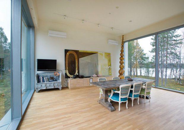 Denní místnost, která slouží zároveň jako ateliér či odpočinková místnost pro poslech hudby. Prosvětlený prostor doplňuje jen minimum toho nejnutnějšího nábytku vexotickém duchu aumělecká díla – tradiční imoderní. FOTO KAISA SIRÉN