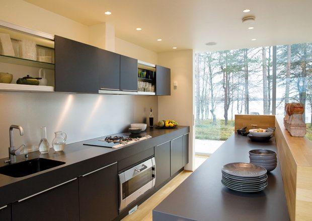 """Kuchyň sjídelní částí jsou zařízeny moderně aúčelně. Jelikož většinou zde jedí jen manželé Pentikkainenovi, tvoří nejmenší část domu. Ke stolu se ale vejde iširší rodina """"Pentiků"""". FOTO KAISA SIRÉN"""