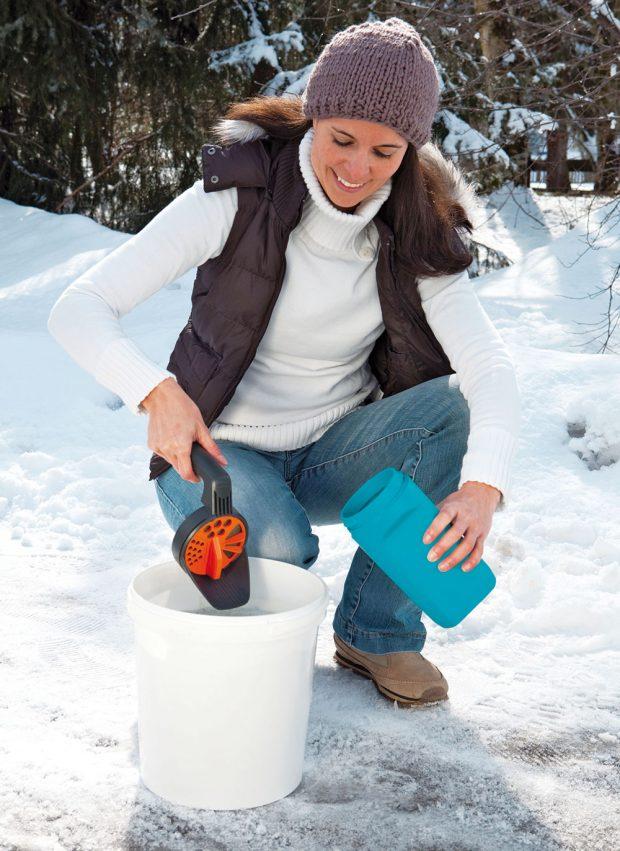 Kromě hrabla či frézy na své zahradě určitě využijete ipraktickou pomůcku na stejnoměrné rozptylování písku, soli nebo kamenné drti. Gardena ruční sypač má velký, snadno nastavitelný knoflík, kterým lze otáčet ivsilných zimních rukavicích. Kdostání za 245 Kč.