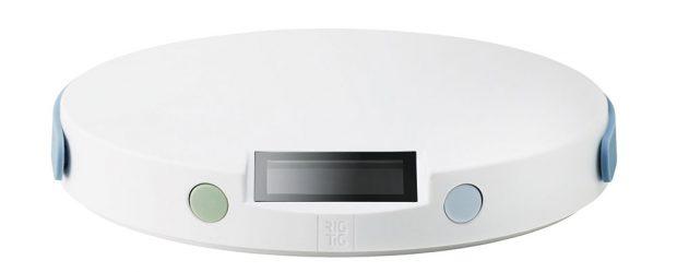 Rig-Tig Weigh-It, digitální kuchyňská váha spodsvícením, silikonový pásek kzavěšení, výška 2,5 cm, průměr 15 cm, maximální váha 5 kg, 1 250 Kč, www.designville.cz