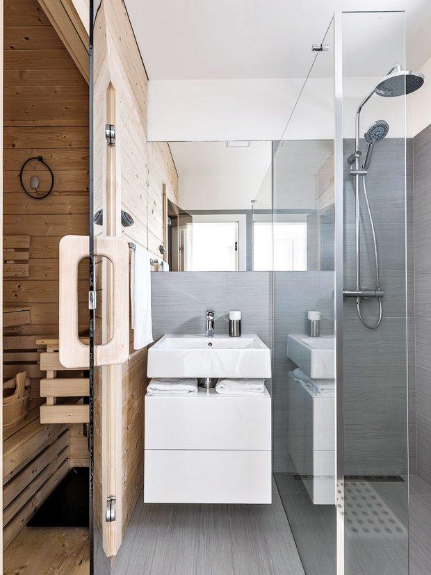Za skleněnými dveřmi je malá sauna selektrickými kamny, vníž manželé rádi relaxují. FOTO KLÁRA DAVIDOVÁ