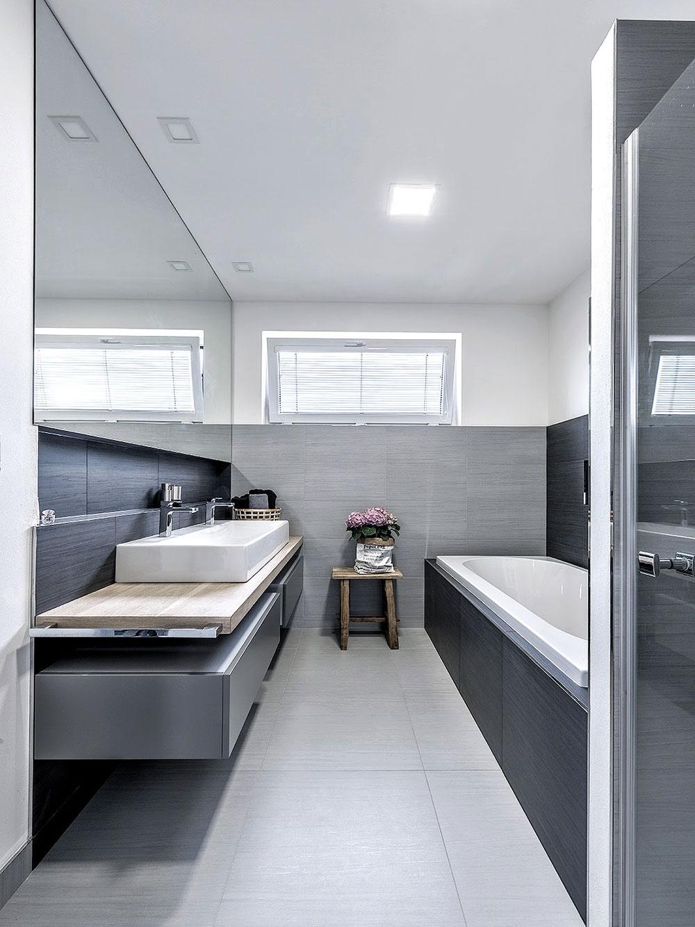 Přestože je koupelna relativně úzká, opticky ji zvětšuje velké zrcadlo nad umyvadlem. FOTO KLÁRA DAVIDOVÁ