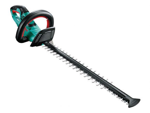 Bosch AHS 55-20, akumulátorové nůžky na živý plot, délka řezu 55 cm, maximální tloušťka řezu 20 mm, hmotnost 2,6 kg, nůž broušený diamantem, kapacita akumulátoru 2,5 Ah, doba nabíjení 60 minut, 3 890 Kč, prodává Hornbach.