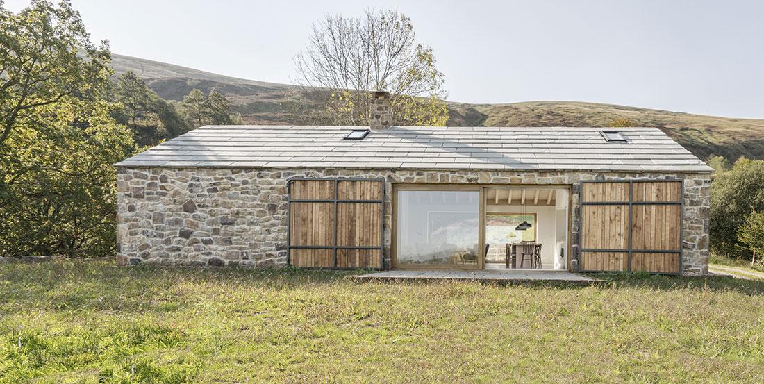 Pasivní dům s kamennou fasádou vyrostl na místě totálních ruin