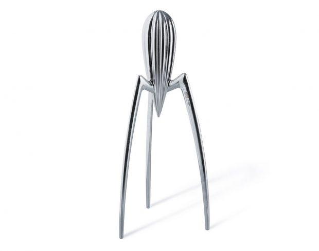 Alessi Juicy Salif, ruční odšťavňovač ovoce, design Philippe Starck, futuristický tvar, 1 980 Kč, www.buydesign.cz