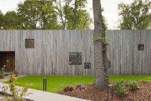 Dřevěný čtvercový dům: Na pohled uzavřený, ve skutečnosti zalitý sluncem!