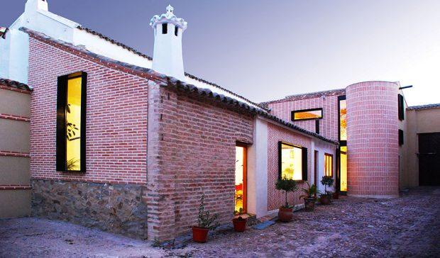Jak se stará hospodářská budova proměnila v charizmatické bydlení