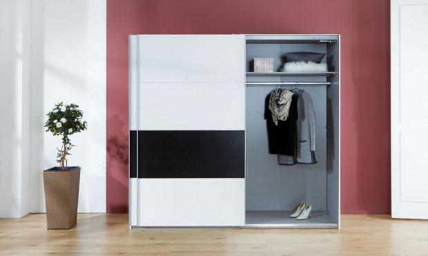 Skříň s posuvnými dveřmi, alpská bílá a dekor černý dub, 225 x 210 x 65 cm, cena 10 999 Kč, www.moebelix.cz