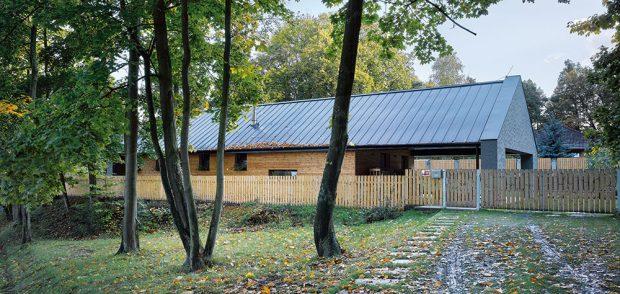 Jednoduchý jednopodlažní dům uprostřed Milovic
