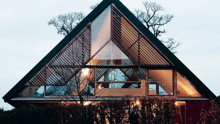 Atypická novostavba protkaná dřevěnými trámy dýchá atmosférou venkova