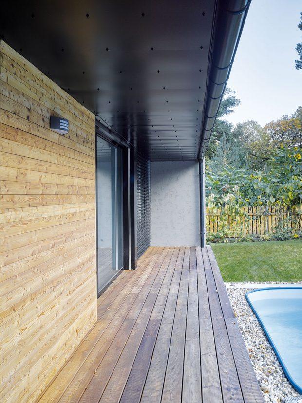 Architekti použili kobložení domu přírodní materiál – modřínová prkna. FOTO FILIP ŠLAPAL