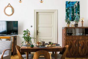 Interiér zařídila mladá výtvarnice restaurovaným autentickým nábytkem – kombinací vybavení, které tu zůstalo po původní majitelce, a kousků zděděných po prarodičích. Tento základ ještě doplnila úlovky z bazarů a z internetu. FOTO NORA A JAKUB ČAPRNKOVI