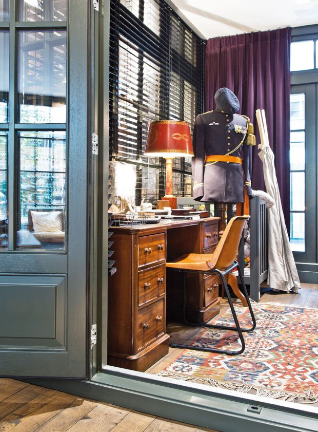 """Industriální atmosféru navozuje tato malá """"místnost v místnosti"""", která slouží jako pracovna. I v ní nalezneme mnoho bizarních doplňků a dekorací včetně dobové vojenské uniformy. FOTO WESTWING HOME&LIVING"""