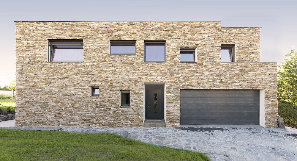 Břidlicový dům v obci Dolní Břežany inspirovaný funkcionalismem