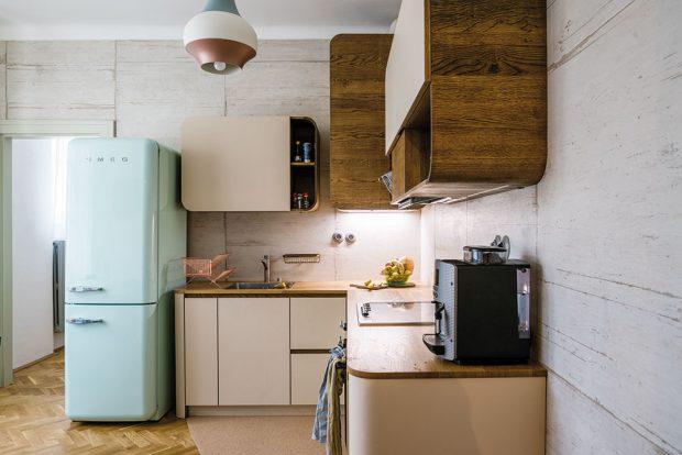 Za kuchyní se nachází pracovna, která zaujala místo po někdejší koupelně. Atmosféru kuchyně dotvářejí spotřebiče značky Smeg apracovní deska zmasívního dubového dřeva. FOTO NORA A JAKUB ČAPRNKOVI