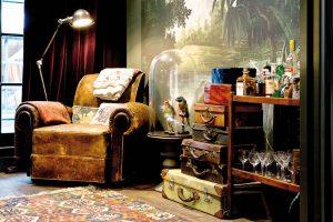 Kufry všech velikostí a materiálů – pro někoho zbytečná veteš, pro Jamese jedinečná ozdoba interiéru. FOTO WESTWING HOME&LIVING