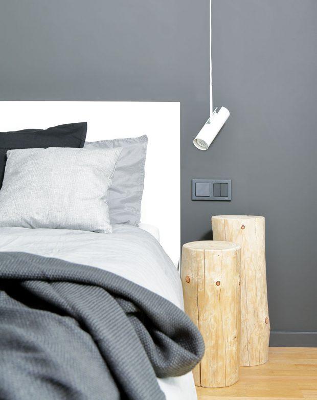 Špalky oprůměru 20 cm slouží jako noční stolky. Pomohly vyřešit prostorovou tíseň mezi postelí ašatní skříní. FOTO ROBERT ŽÁKOVIČ
