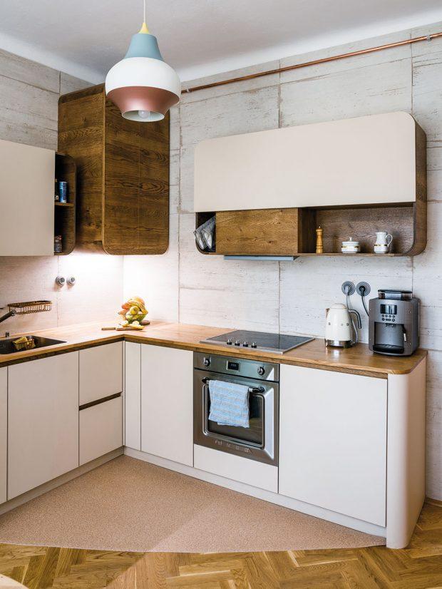 Kuchyňská linka je sladěna spůvodním nábytkem vbytě. Realizovala ji brněnská firma Le Bon, která navazuje na tradici řemeslné výroby ohýbaného dřevěného nábytku na Moravě. FOTO NORA A JAKUB ČAPRNKOVI
