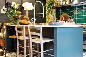 Kuchyň je směsicí všeho možného. Najdeme zde moderní kuchyňskou linku, staré barové židle i industriální svítidlo. FOTO WESTWING HOME&LIVING