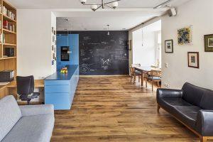Proměna čtyřpokojového cihlového bytu v rohovém domě