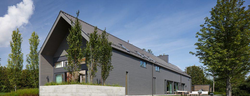 Hezká interpretace lidové architektury: Štíhlý rodinný dům propojen s přírodou