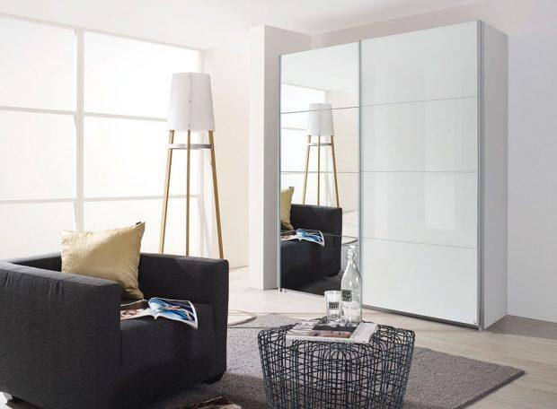 Klasicky a prakticky. Veliká šatní skříň Quadra se šesti policemi a třemi šatními tyčemi se zrcadlem na celé jedné polovině šetří místo a opticky zvětšuje prostor. Skříň s rozměry 226 x 229 x 62 cm prodává SCONTO nábytek za 17 999 Kč.